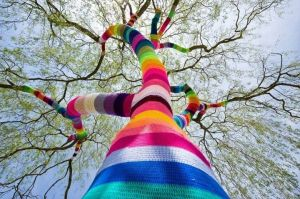 "Árbol ""yarnbombeado"" (foto de STREET ART UTOPIA)."